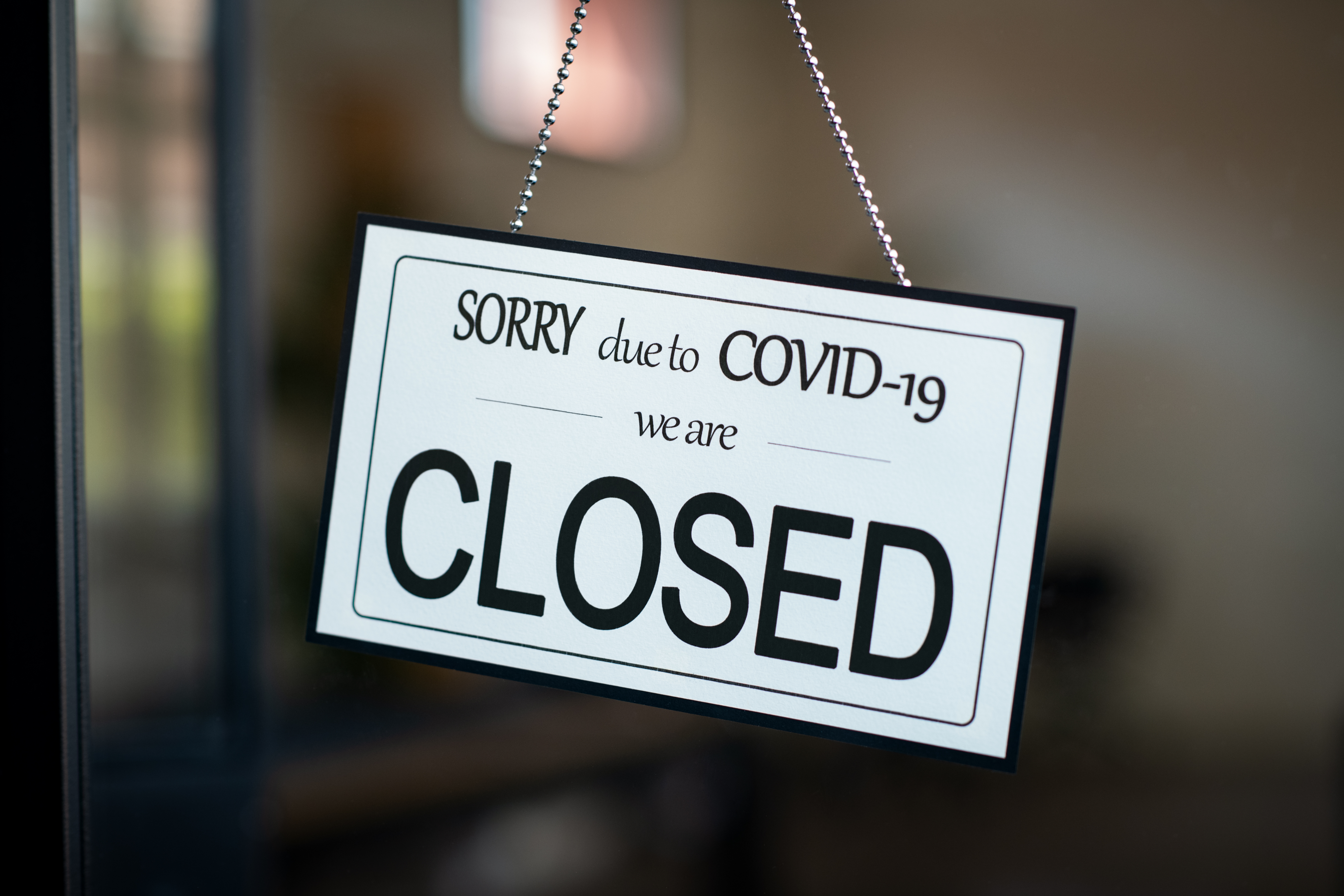 closed-sign-hanging-on-door-of-cafe-due-to-covid-1-8FWBYKK